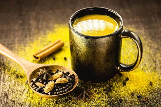 Молоко с куркумой и корицей, золотое молоко, древнеиндийский напиток
