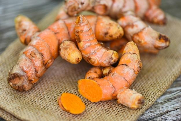 Куркума в мешочке, свежий корень куркумы для природных лечебных трав и приготовленные ингредиенты для пищевых продуктов