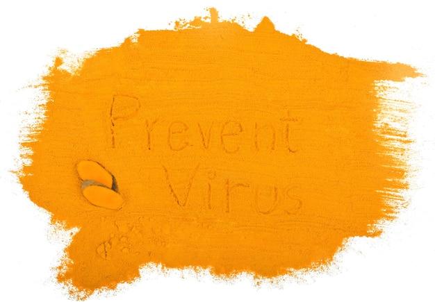 흰색으로 분리된 강황 분말과 강황 뿌리, 강황은 바이러스가 세포를 증식하는 것을 방지하기 위한 허브입니다