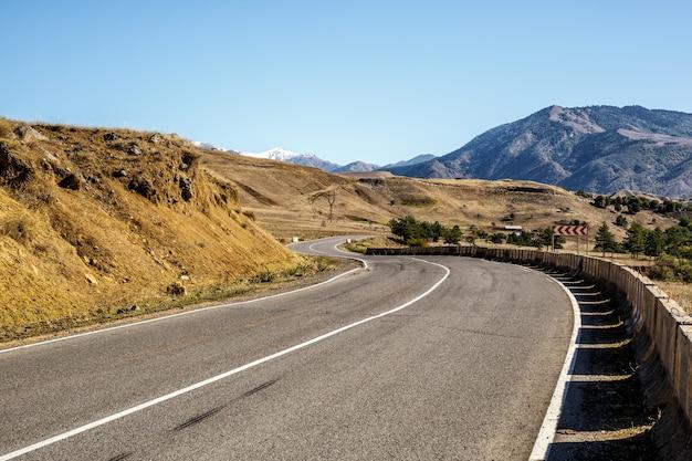 Сверните на проселочную дорогу в горах, грузия