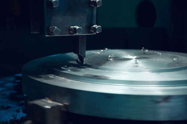 旋盤機械のクローズアップ、金属加工工場。金属製造、工場での金属加工