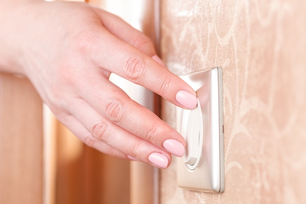 벽걸이 형 전등 스위치 끄기, 에너지 절약 개념