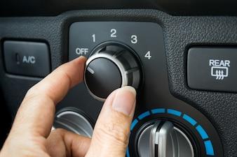 車の空調システムをオンにする