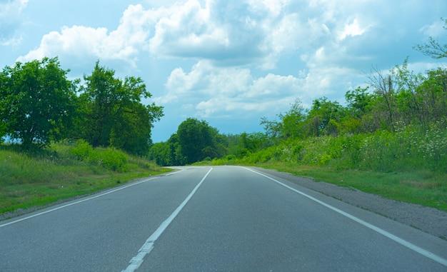Поворот дороги вдоль выращивания растений