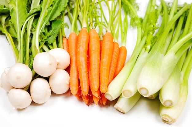 Репа, морковь и сельдерей из сада на белом фоне