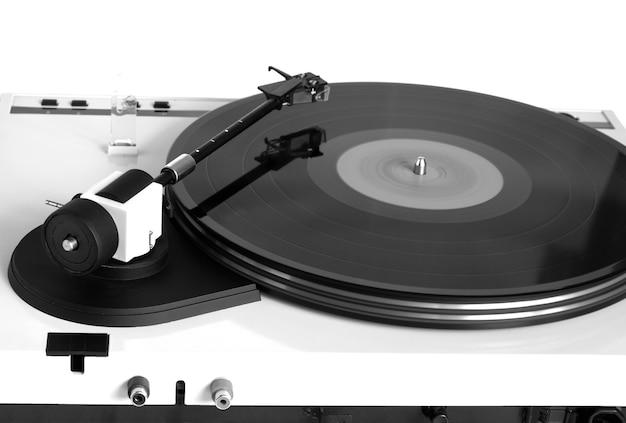 シルバーケースのターンテーブル、回転ビニールレコード、赤いラベルが分離されています