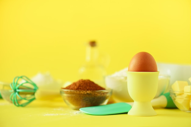 明るい背景にターコイズと黄色の調理器具。食品成分。ケーキを調理し、パンを焼くコンセプト。
