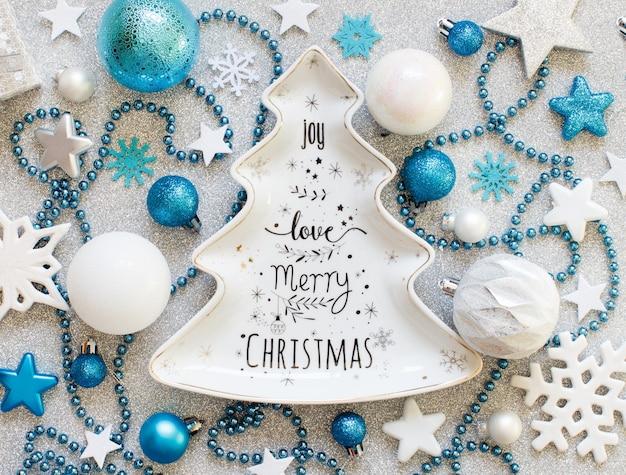 Бирюзово-синие и серебряные праздничные новогодние украшения с тарелкой