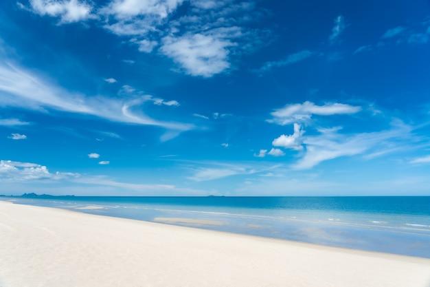 하얀 모래와 맑은 하늘과 청록색 푸른 바다