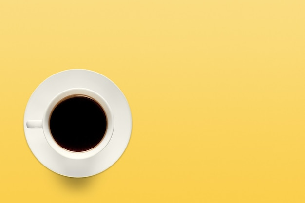 Бирюзовая чашка кофе на фоне пастельно-кораллового цвета