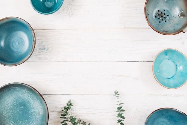 木製のテーブルの上のターコイズ色の空のセラミックプレート