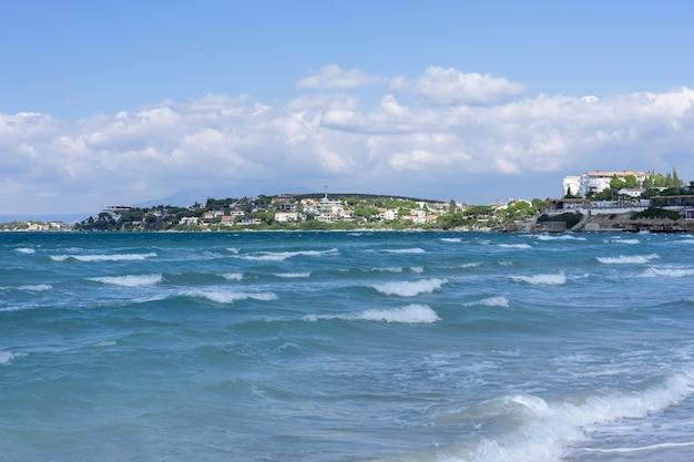 터키 cesme - izmir, ilica beach의 청록색 녹색 물과 하얀 모래
