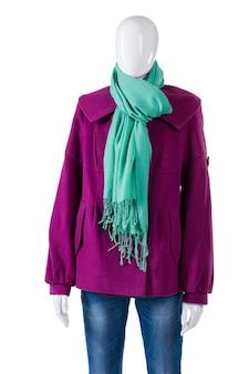 청록색 스카프와 보라색 코트. 스카프와 코트를 입고 마네킹입니다. 레이디스 컬러풀한 가을 어패럴. 아울렛 매장의 새 옷.