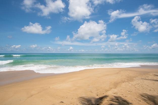 夏の太陽の下でターコイズブルーの海とビーチの海