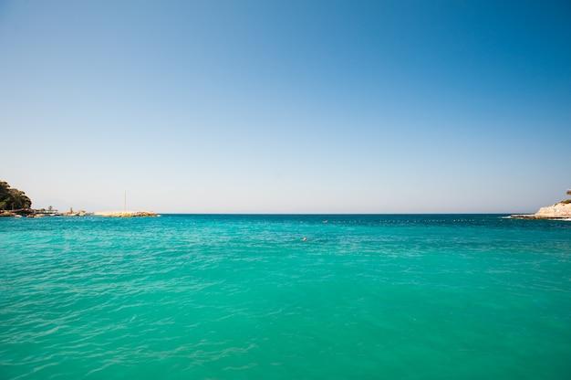 Бирюзовое море на курорте. чистое море для плавания