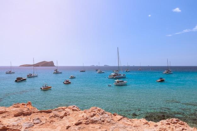 Бирюзовое море под ярким летним солнцем ибицы, испания