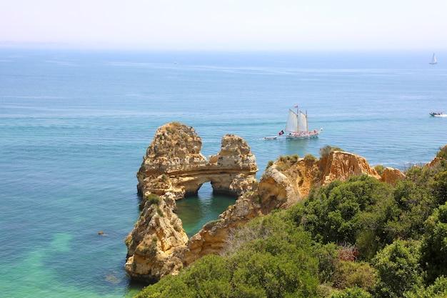 ポルトガルのアルガルヴェ地方のポンタダピエダーデのターコイズブルーの海水