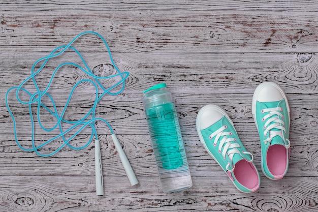 청록색 운동화와 바닥에 고속 줄넘기. 스포츠 스타일. 평평하다. 상단에서보기.