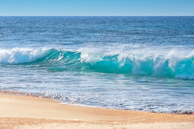 Бирюзовые волны на песчаном пляже, оаху, гавайи, сша