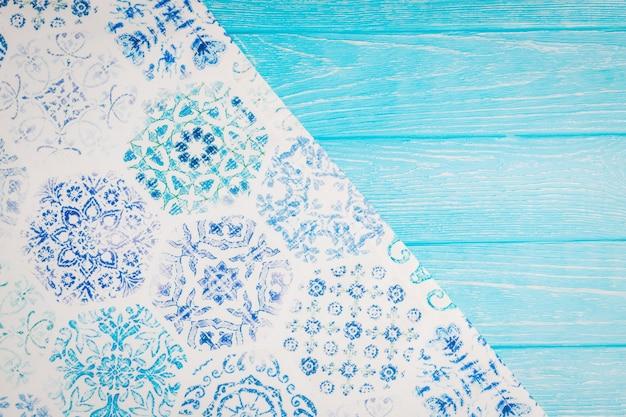 美しいテーブルクロスとターコイズブルーの木製の背景