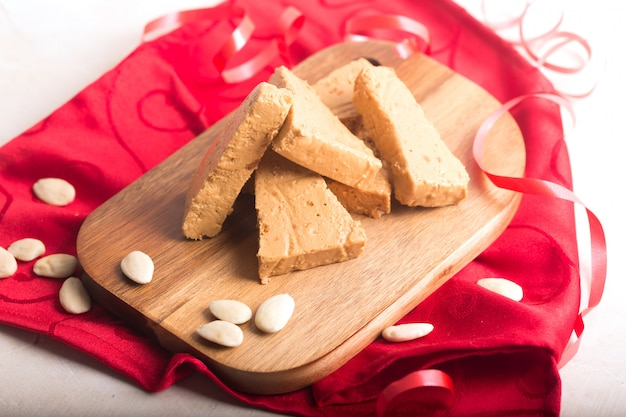 Turron은 스페인의 전형적인 크리스마스 음식입니다
