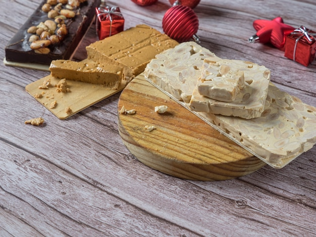 Turron, 스페인과 이탈리아의 전통적인 크리스마스 디저트. 일반적으로 아몬드와 꿀로 만든 아몬드 누가. 복사 공간