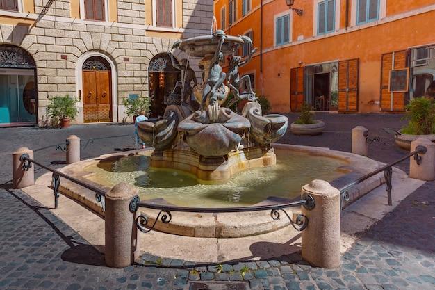 イタリア、ローマの晴れた日の広場マッテイ広場の亀の噴水。