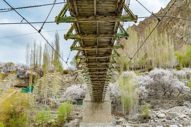 Turtuk村の下に流れる水とturtuk木製の橋。インド・ラダック