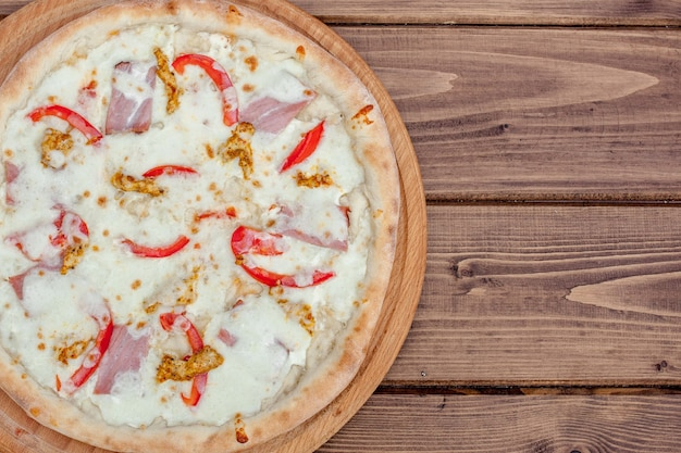 木製のテーブル、上面図のトスカーナクラシックピザ。ベジタリアンフード。