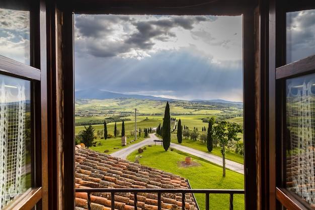 トスカーナの農家窓の外を見るトスカーナイタリア