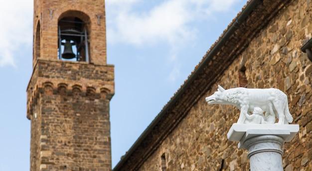 Тоскана, италия. статуя легендарного волка с ромоло и ремо, основателями рима