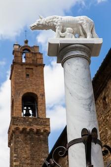 이탈리아 투스카니. 로마의 창시자인 로몰로와 레모가 있는 전설적인 늑대의 동상