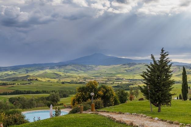 이른 아침 투스카니 시골 풍경 투스카니 이탈리아의 구름을 통해 햇빛의 광선