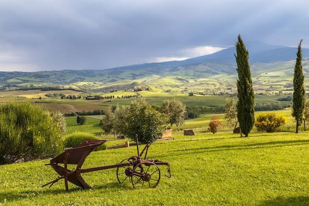 포그라운드 이탈리아에서 이른 아침 오래된 쟁기에서 투스카니 시골 풍경