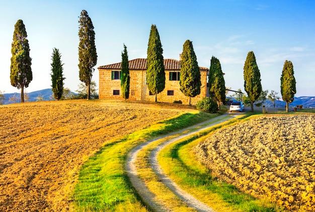 トスカーナの風景。農家とヒノキのある伝統的な田園地帯、イタリア