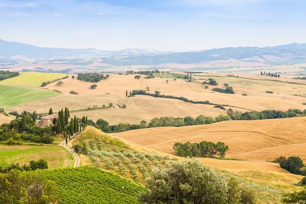 Тоскана, район валь д'орча. прекрасная сельская местность в солнечный день, незадолго до прихода дождя