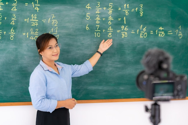 Tutor explaining math in blackboard giving remote school class online Premium Photo
