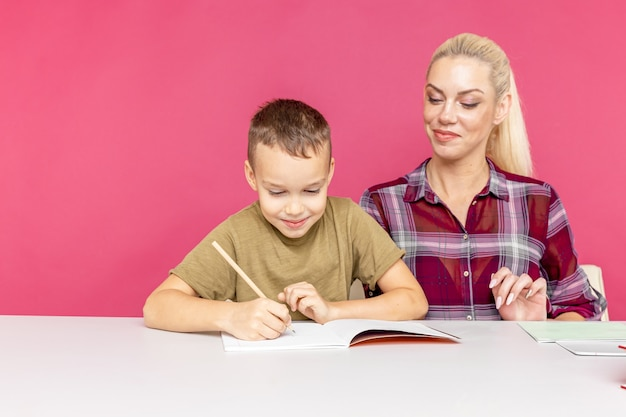 집에서 함께 숙제를 하 고 아이와 교사.