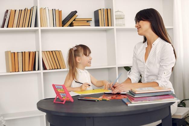집에서 공부하는 litthe 소녀와 교사