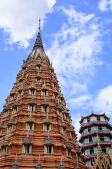 Храм tuum sua (храм тигровой пещеры), самый популярный храм в канчанабури, таиланд