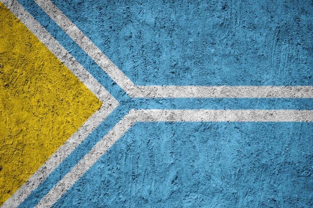 Тувинский флаг, написанный на гранж-стене