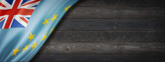 검은 나무 벽에 투발루 플래그입니다. 수평 파노라마 배너.