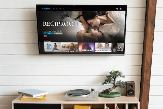 Телевизор повесили на стене в помещении