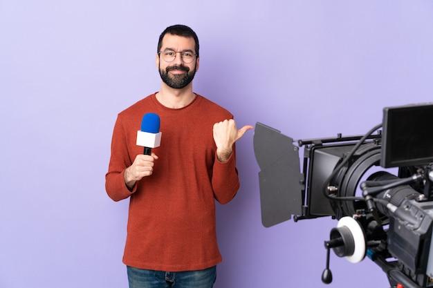 마이크와 비디오 카메라가있는 tv 기자 또는 기자