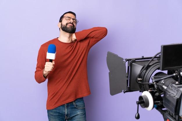 マイクとビデオカメラを持ったテレビジャーナリストまたはレポーター
