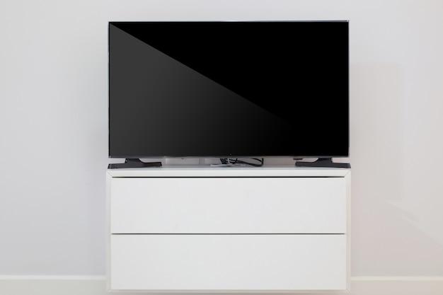 Tvシェルフ上のledテレビ
