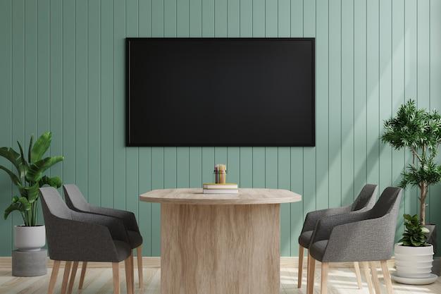 의자와 책상이있는 회의실의 녹색 나무 벽에 tv
