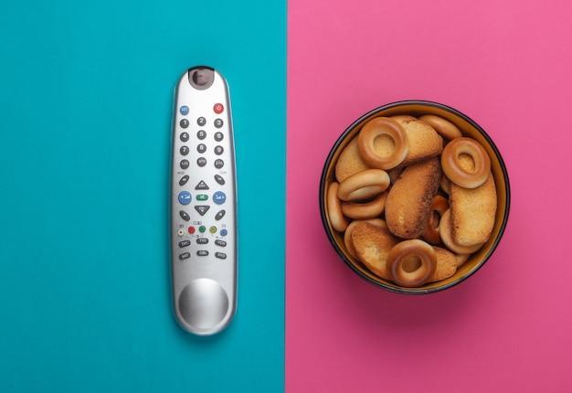 Tv 리모컨 및 분홍색 파란색 크래커 한 그릇