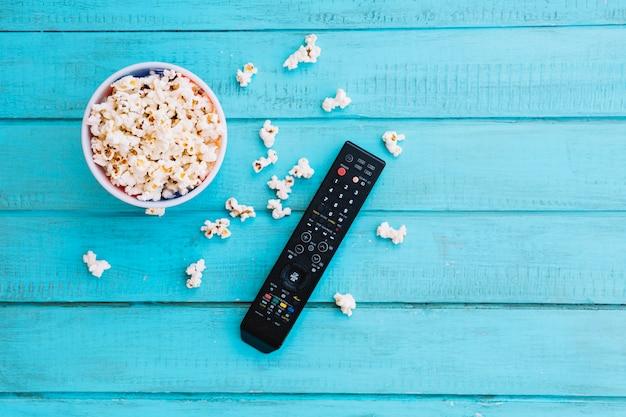Пульт дистанционного управления телевизором и попкорн