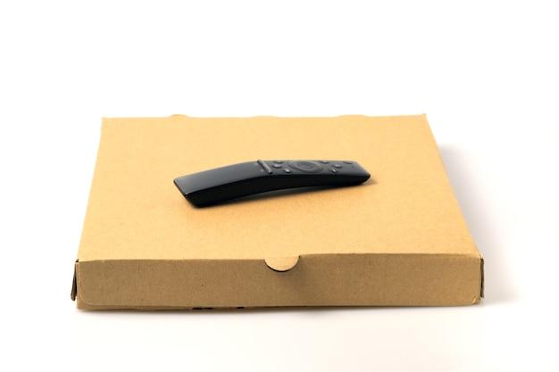 Пульт дистанционного управления на коричневой коробке доставки еды